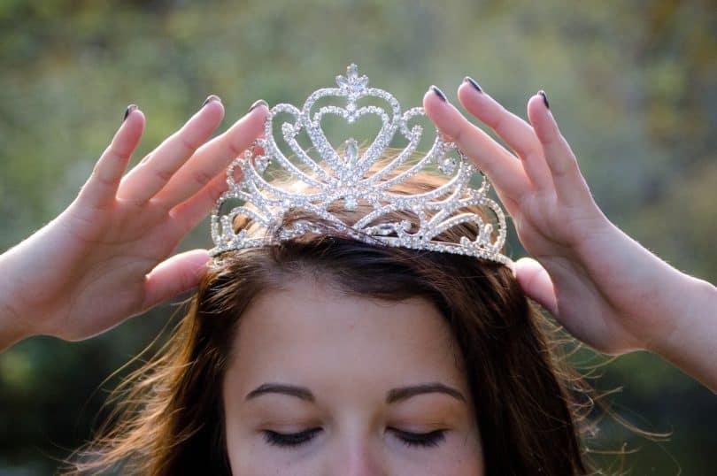 queen-2941437_1920-810x538